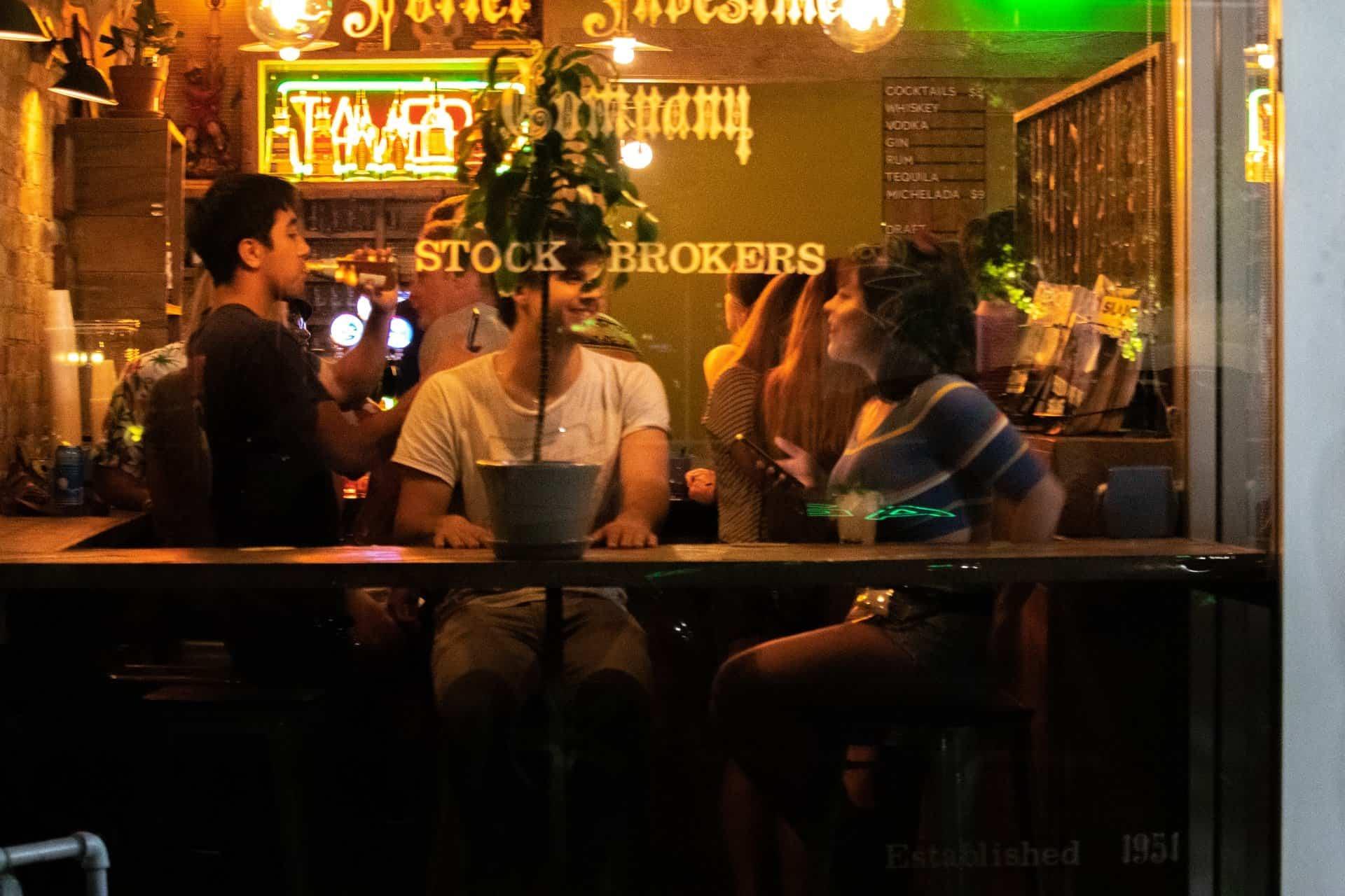 Vuelven los abrazos con familiares y las juntadas dentro de los bares en Inglaterra en la etapa 3 de su reapertura