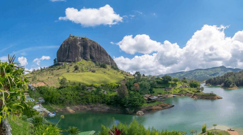 Glamping En Colombia   Roca De Guatape (Piedra Del Peñol) Y Lago En Guatape, Antioquia, Colombia. Imagen De Iferol En Canva.