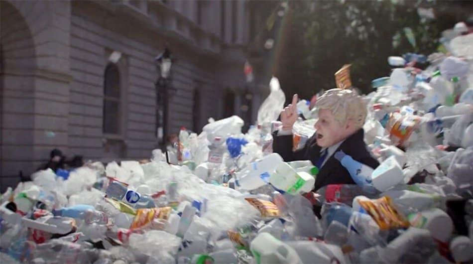 Una Montaña De Residuos Entierra A Boris Johnson En Un Impactante Anuncio Para Mostrar Los 1,8 Millones De Deshechos Plásticos Que Se Generan Al Día En El País