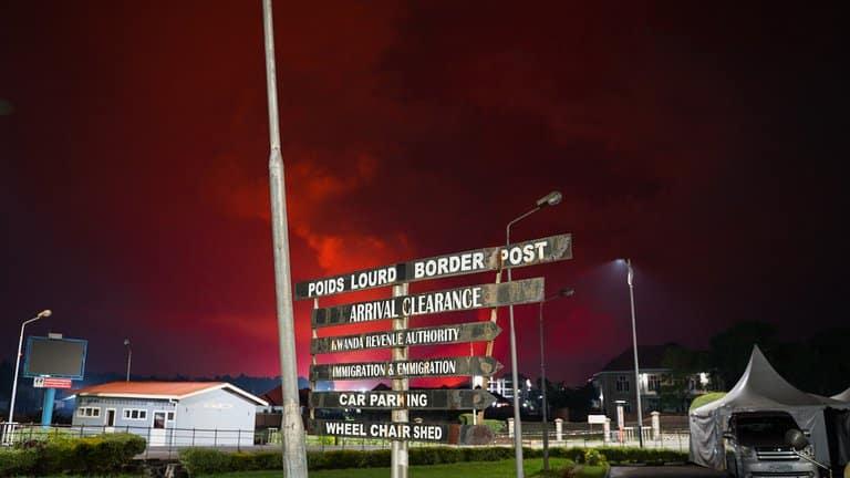 Cielo Rojizo Con El Volcán En Erupción