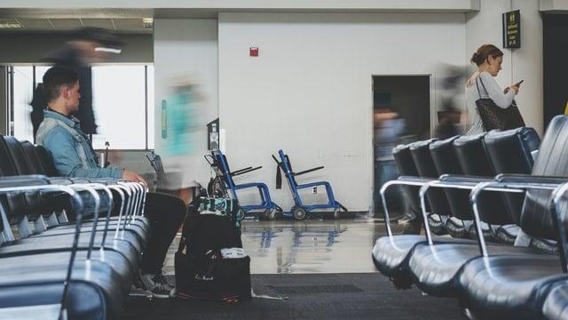 Gente Espserando En Un Aeropuerto