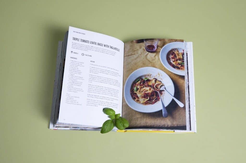 Crean La Portada De Este Libro De Recetas Veganas Con Materiales Para Plantar Y Cultivar Hierbas Aromáticas