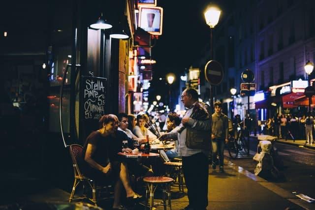 Grupo De Personas En La Noche De París