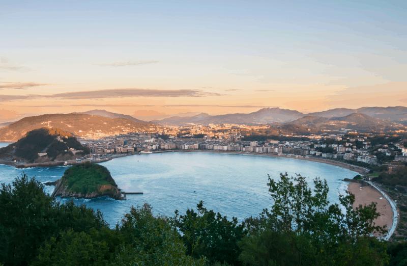 San Sebastián, En El País Vasco, Es Famosa Por Su Arquitectura Y Su Gastronomía Y Por Su Paseo Costero En La Playa De La Concha Y La Playa De Ondarreta.