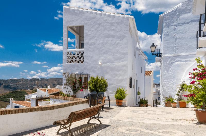 Frigiliana Es Una De Las Ciudades Más Hermosas De Andalucía Con Sus Casas Encaladas Y Sus Espectaculares Vistas Sobre Los Tejados.