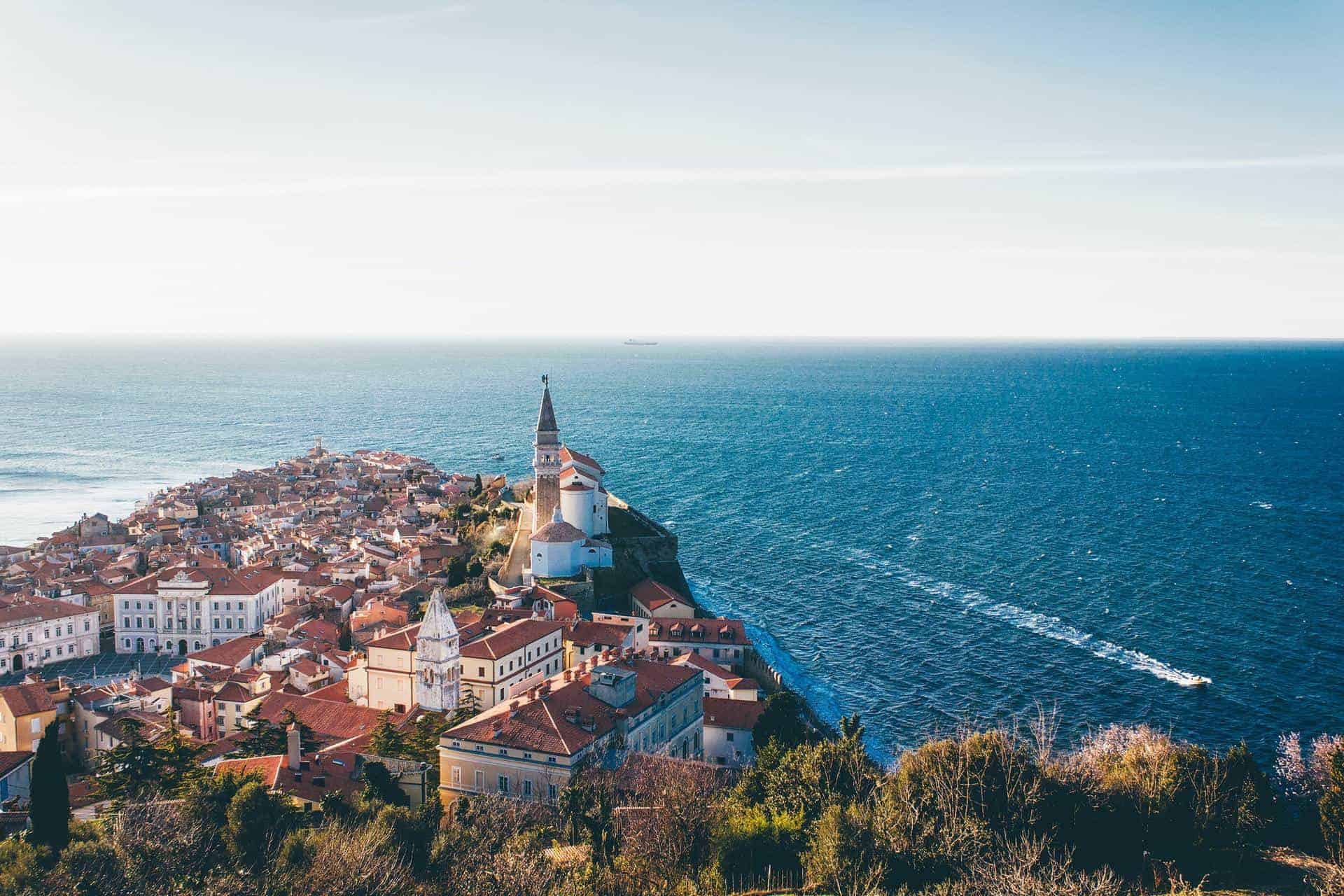 Eslovenia relaja sus restricciones de viajes para volver a recibir turistas internacionales que se hayan vacunado contra el COVID-19
