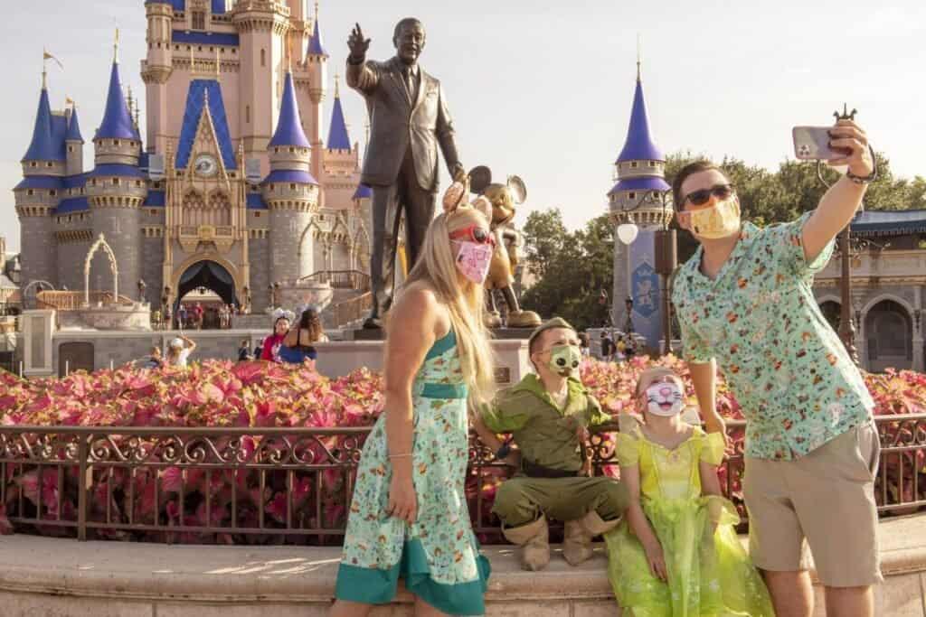Personas En Disney World Usando Mascarilla