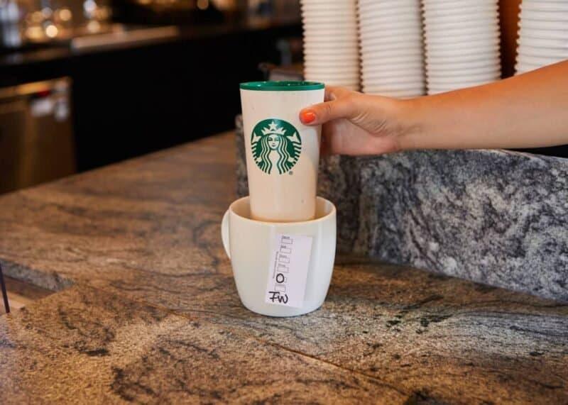 Vaso Reutilizable De Starbucks En Una Taza
