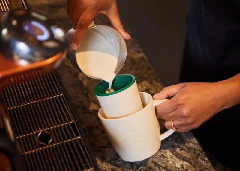 El Barista Prepara La Vida Con El Vaso Reutilizable En La Taza