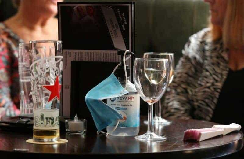 Barbijo Y Alcohol En Gel Sobre Una Mesa