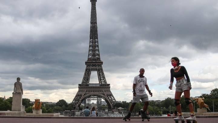 Personas Patinando Frente A La Torre Eiffel