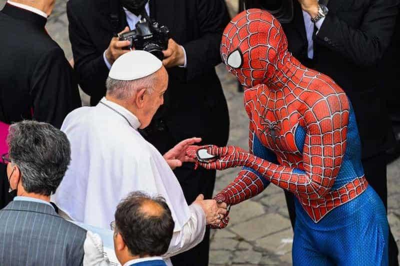 Spiderman Dándole Una Máscara Al Papa Francisco