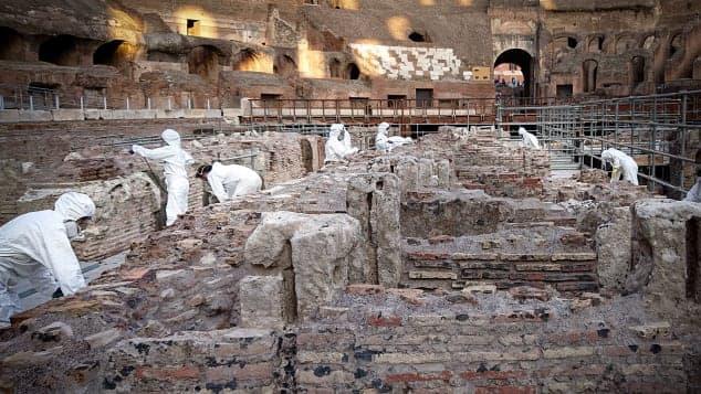 Trabajadores Trabajando En La Restauración Del Coliseo
