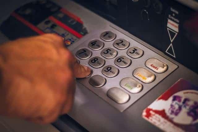 Persona En Cajero Automático