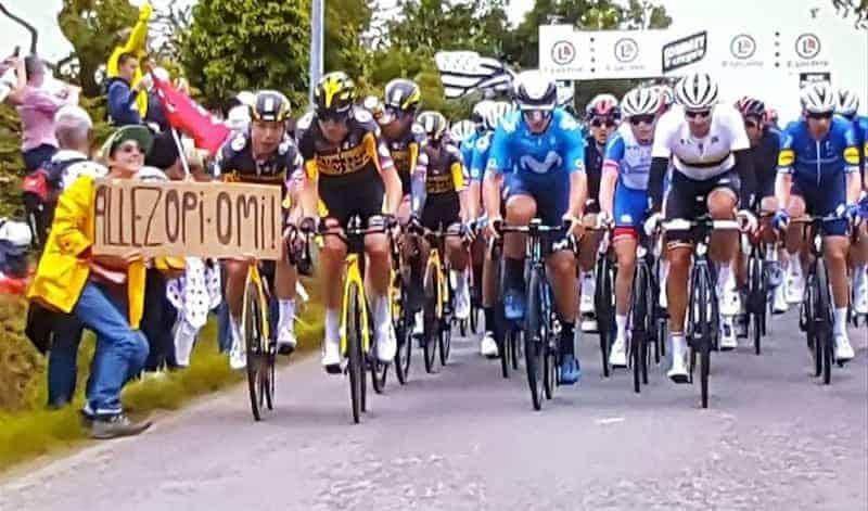 Mujer Que Causó El Accidente Del Tour De Francia Sosteniendo El Cartel