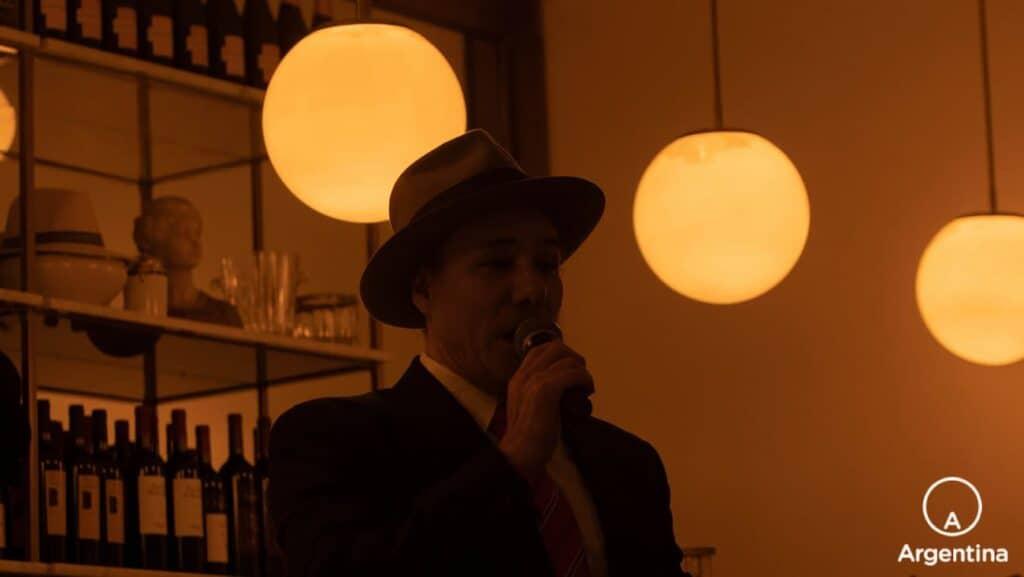 Cantante Con Sombrero