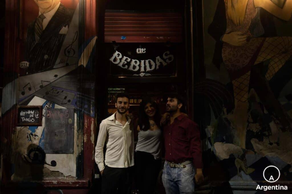 3 Personas Abrazadas En Un Bar De Bebidas