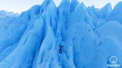 siéntete pequeño en el glaciar