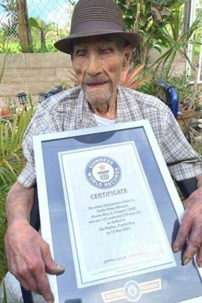 Emilio Flores Márquez Con Su Certificado Del Hombre Vivo Más Longevo Del Mundo
