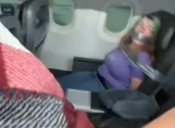 Mujer es atada con cinta adhesiva al asiento después de intentara abrir la puerta del avión en pleno vuelo