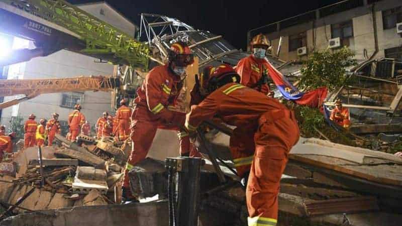 Equipo De Rescatistas Trabajando En El Hotel