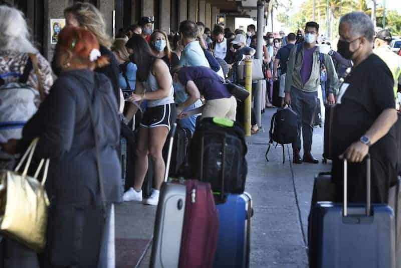 Turistas En El Aeropuerto De Maui