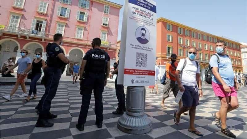 Personas Al Aire Libre Con Mascarilla En Francia