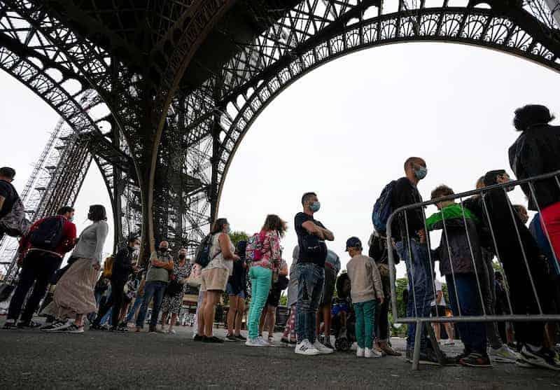 Turistas En La Torre Eiffel