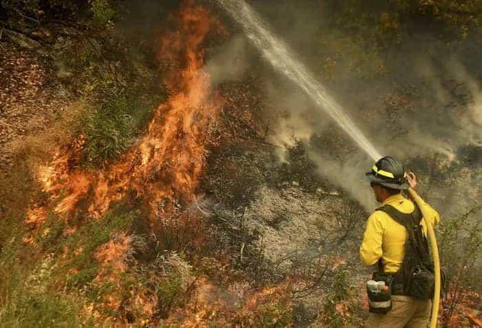 Bombero Intentando Apagar Incendio