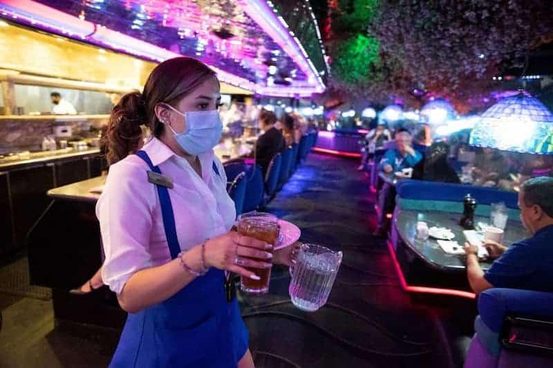 Trabajadora De Un Bar Con Mascarilla