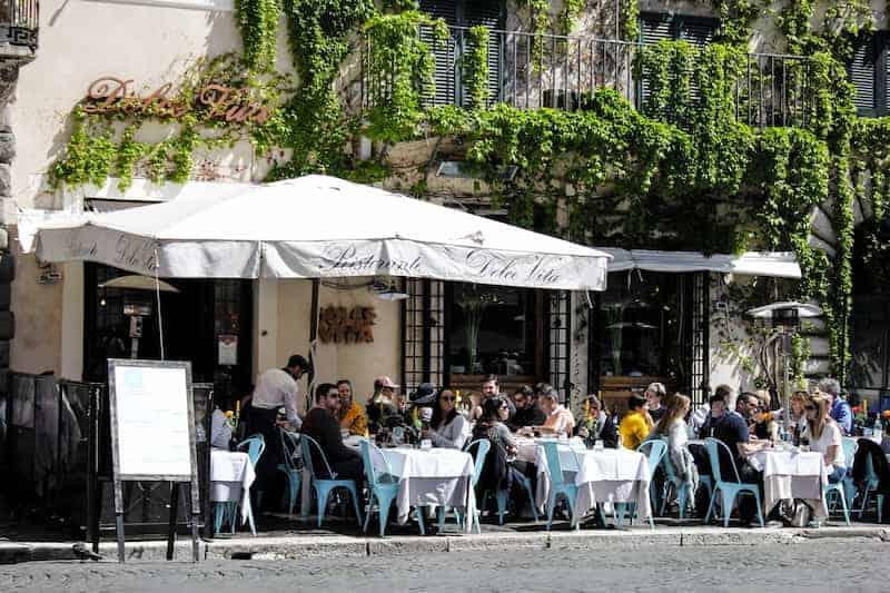 Personas En Un Restaurante De Roma, Italia