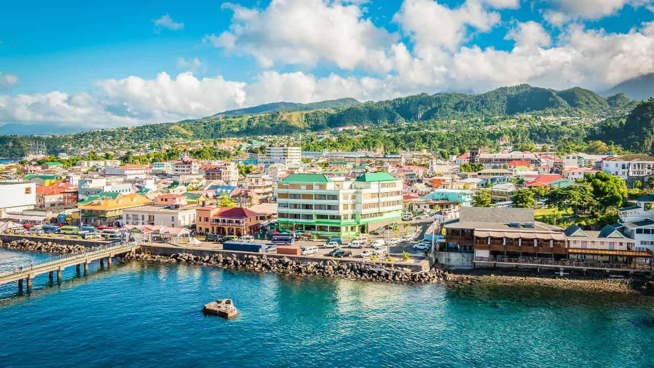 Cómo llegar a Dominica, la isla montañosa del Caribe que destaca por sus termas naturales y bosques tropicales