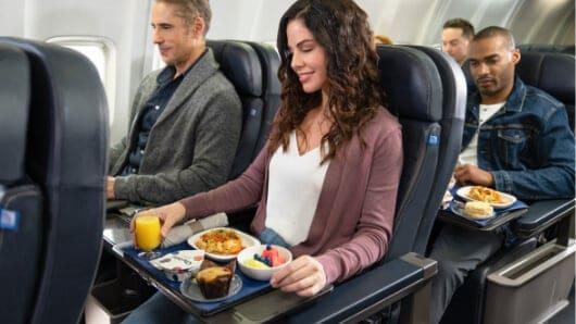 United Ofrecerá Servicio De Bebidas Y Comidas Con Reserva Previa En Sus Vuelos Hasta 5 Días Antes Del Viaje