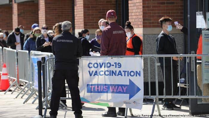 Nueva York regala 100 dólares para vacunarse contra el COVID-19 en un intento por alcanzar la inmunidad colectiva