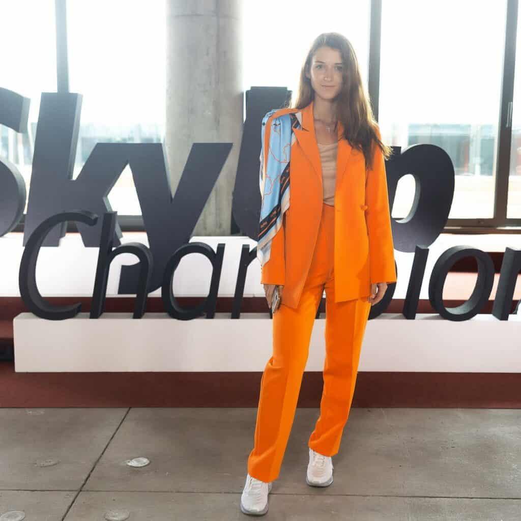 Aerolínea Ucraniana Reemplaza Uniforme De Faldas Y Tacones Por Trajes Llamativos Y Nike Air Para Sus Azafatas
