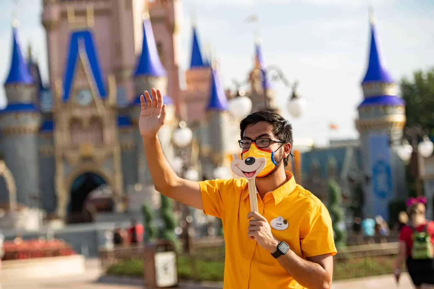 El uso de mascarilla vuelve a ser obligatorio en espacios cerrados de Disney World y Disneyland