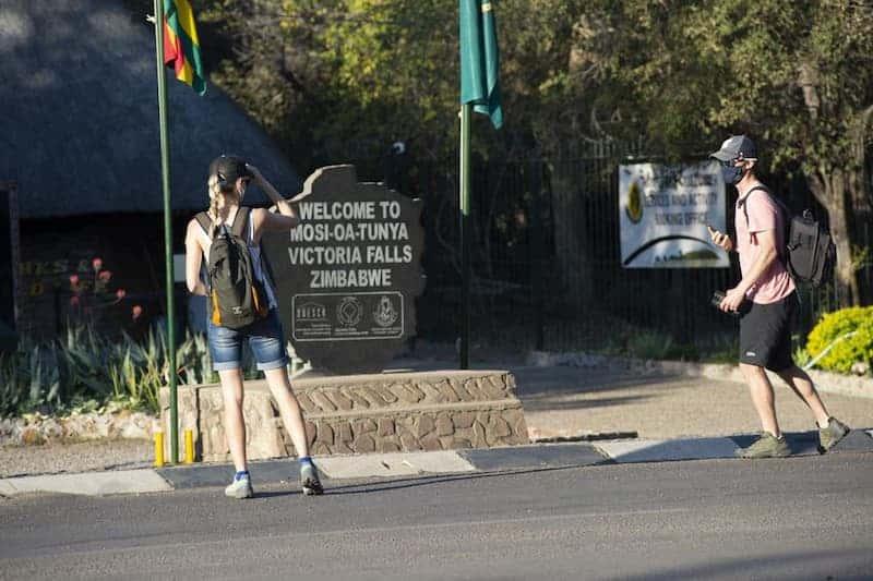 Personas Visitando Las Cataratas Victoria, Zimbabue