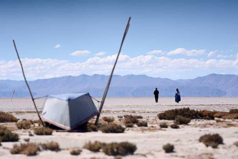 Dos Personas Caminando En El Que Solía Ser El Segundo Lago Más Grande De Bolivia