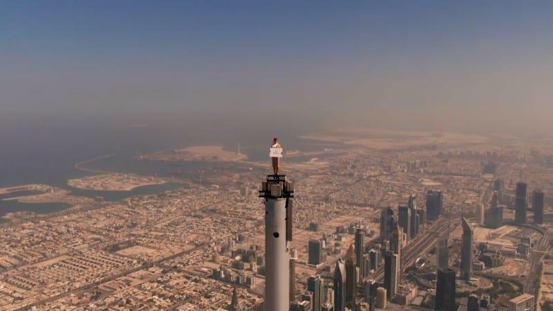 Asistente de vuelo de Emirates se situó en lo alto del Burj Khalifa de Dubai para promocionar la aerolínea con los viajeros