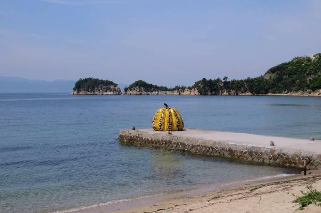 Un Tifón En Las Islas Seto De Japón Arrastró La Icónica Escultura De Yayoi Kusama Al Mar