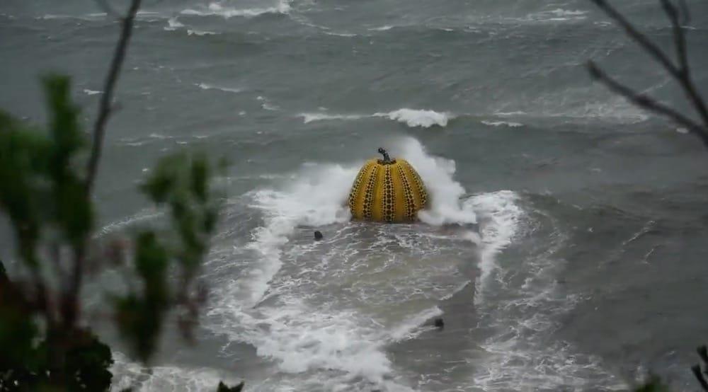 Un tifón en las islas Seto de Japón arrastró la icónica escultura de 'Calabaza' de Yayoi Kusama al mar-1