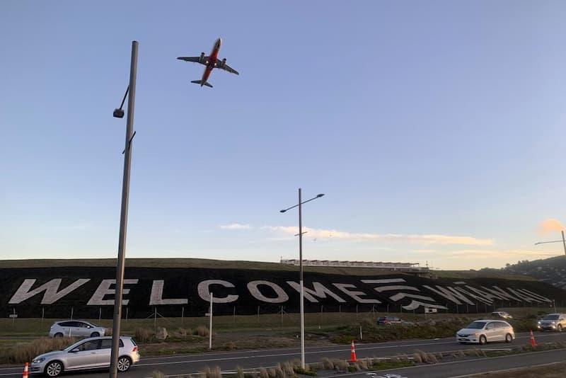Avión Sobrevolando Aeropuerto De Nueva Zelanda