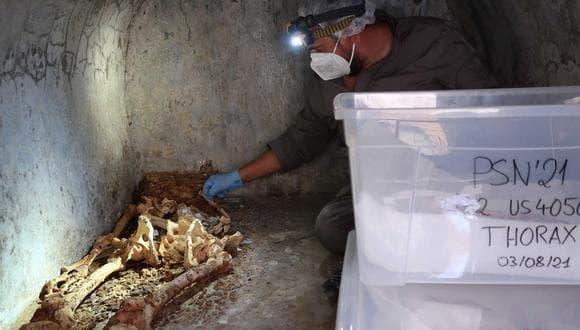 Arqueólogo Junto Al Cuerpo Momificado Encontrado En Pompeya