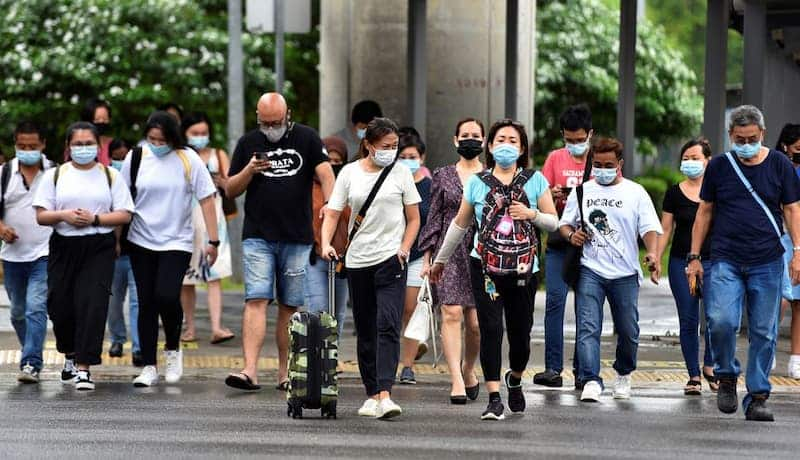 Personas Cruzando La Calle En Singapur, Usando Mascarilla