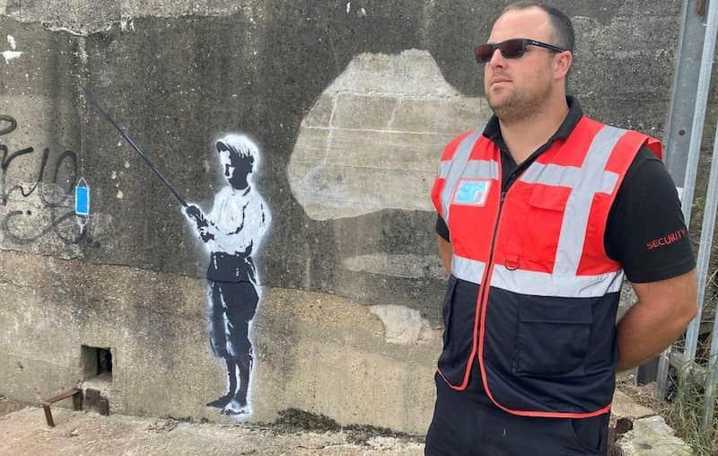 Guardia Protege Posible Obra De Banksy