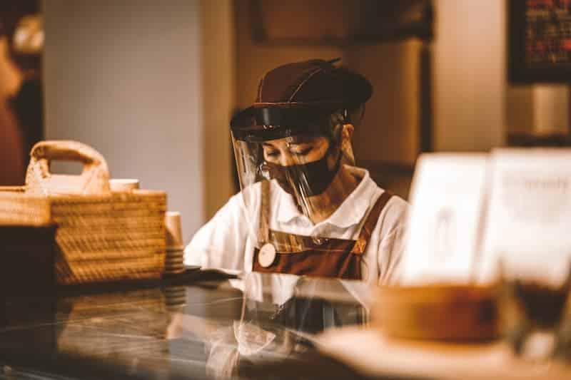 Persona En Un Restaurante Con Barbijo Y Protector Facial