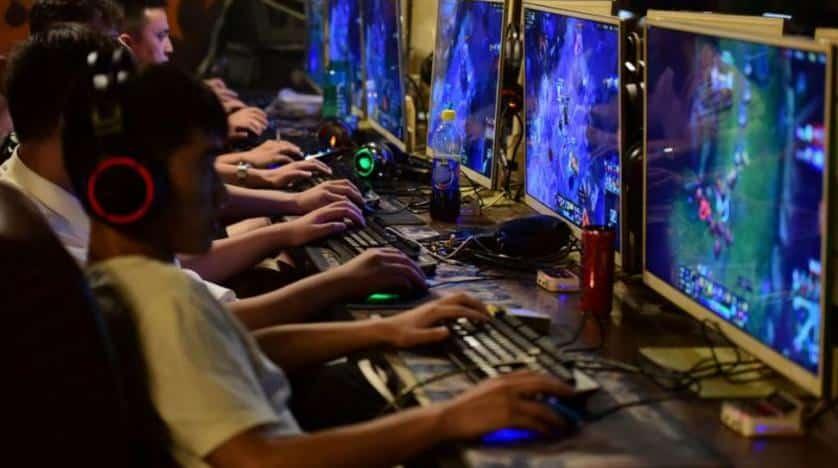 Personas Jugando A Videojuegos Online