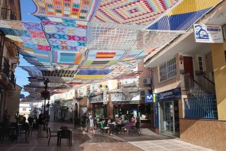 Málaga: Artesanas Tejen Un Colorido Toldo Para Dar Sombra A Los Vecinos Durante Ola De Calor En Europa