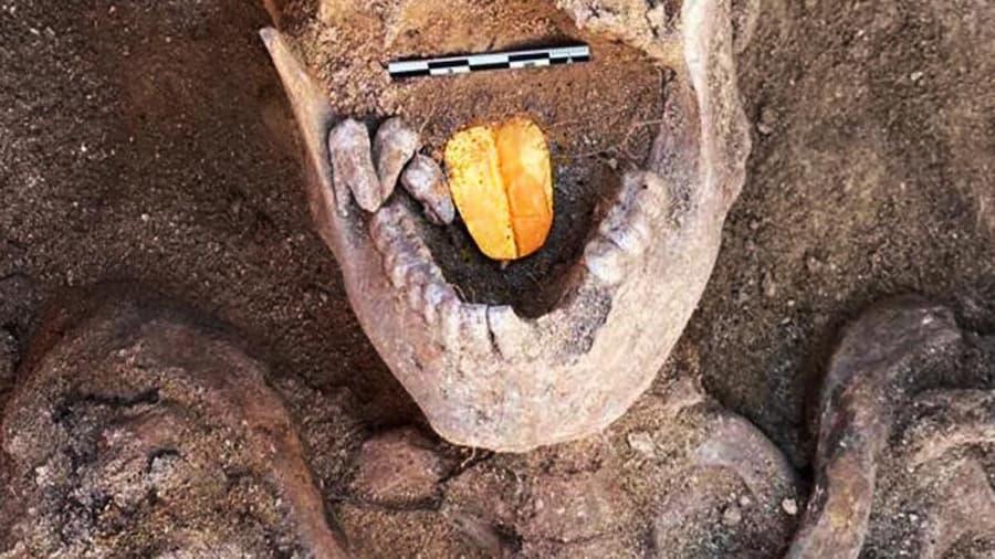 momia con lengua de oro3 (1)