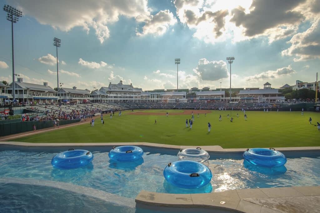 Este Estadio De Béisbol De Texas Ofrece Ver Los Partidos Echado Desde Un Río De Más De 3,000 Pies Cuadrados